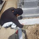 豊橋市 お寺様の墓地にてお墓の巻石工事  基礎工事と補強が丈夫なお墓づくりのポイントです。