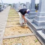 豊橋市営梅田川霊苑にてお墓の基礎工事です。墓石を支える基礎コンクリート 根掘り・転圧・配筋・打設まで墓地での作業を精一杯努めさせて頂きます。