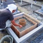 豊橋市 地域墓地にてお墓の巻石工事と墓石の基礎工事です。お墓の強度確保と水気対策、雑草対策も万全です!