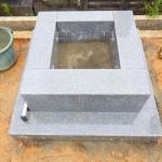 豊橋市営向山霊苑にてお墓の工事です。墓石の工事は常にご見学頂けます。耐震性に優れた補強により、墓石の倒壊を防ぎます。
