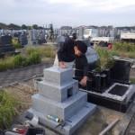 豊橋市営梅田川霊苑にてお墓の工事です。末永くお参りして頂く丈夫な墓石のために、見えない部分の補強もしっかり行います!