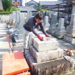 豊川市のお寺様の墓地にてお墓の建て替え工事です。既存の墓石の解体だけではなく、古い基礎コンクリートや残土の撤去も怠りません。