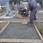 豊橋市のお寺様の墓地にて基礎工事です。お墓の基礎工事は地盤づくりが大切です。墓石を支える丈夫な基礎コンクリートのために、地面をしっかりと固め、鉄筋も丁寧に組み上げます。