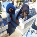 豊川市のお寺様の墓地にてお墓の工事です。墓石を支える丈夫な基礎工事に時間を惜しまず取り組みます。