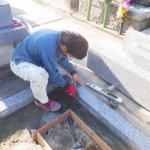 豊川市のお寺様の墓地にてお墓の工事です。区画に正確な据え付けでお墓の根石を仕上げさせて頂きます。