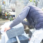 豊橋市のお寺様の墓地にてお墓の工事です。墓石の耐震補強もしっかり行います。
