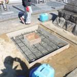 田原市の地域墓地にてお墓の基礎工事です。お墓を支える丈夫な基礎コンクリートづくりに手間や時間を惜しまずに取り組みます。