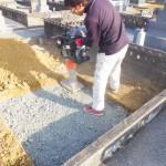 豊橋市の地域墓地にてお墓の基礎工事です。地盤をしっかりと転圧して傾きの無いお墓づくりに努めます。