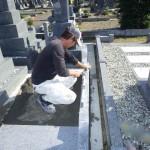 豊橋市営飯村墓地にてお墓の外柵工事です。正確な仕上がりのために、現場スタッフが相互に確認しながら作業に取り組みます。