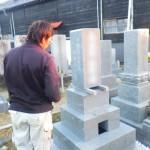 豊橋市のお寺様の墓地にてお墓工事です。墓石に必要な耐震・免震補強もお任せください。