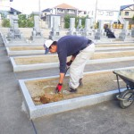 豊橋市のお寺様の墓地にてお墓の基礎工事です。墓石を地震から守る基礎づくりに取り組ませて頂きます。